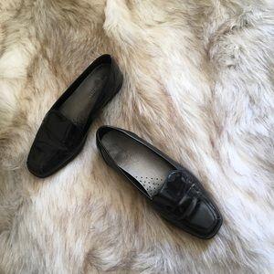 Ellen Tracy black pat loafers